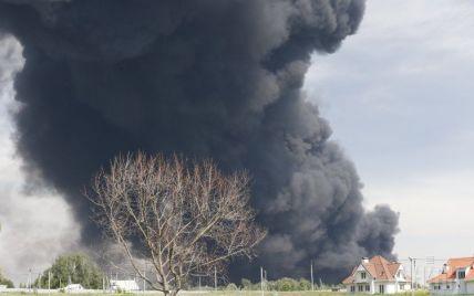 Во время масштабного пожара на нефтебазе под Васильковом пропал без вести работник железной дороги