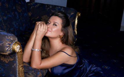 Сексапільна Наталія Могилевська у сукні-сорочці звабливо позувала на підлозі