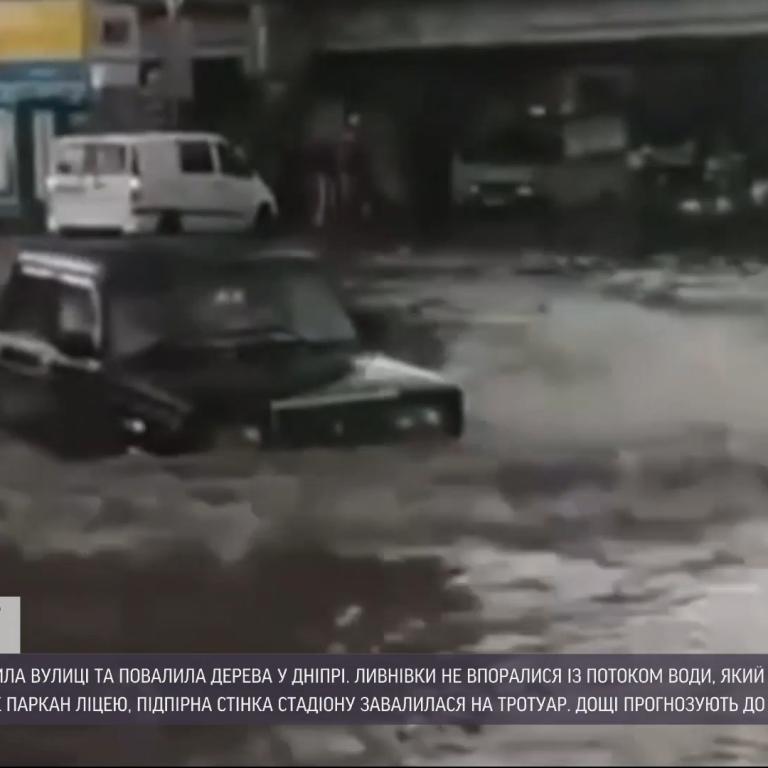 Затопленные улицы и поваленные деревья: Днепр накрыл мощный ливень