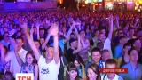 В Днепропетровске игру своей команды тысячи болельщиков смотрели на больших экранах