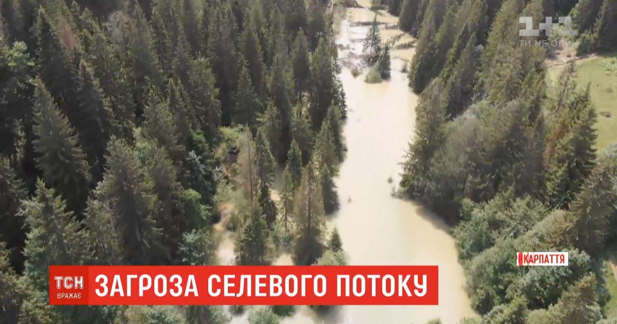 Селу Микуличин на Прикарпатье грозит озеро на горе, образовавшееся из-за ливней