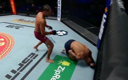 Американський боєць переміг бразильця рідкісним нокаутом: уклав надсильним потраплянням коліном у тулуб (відео)