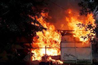 Здіймався стовп чорного диму: у центральному парку Вінниці згорів дитячий атракціон