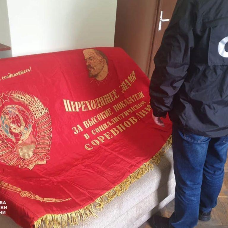 Хотів продати комуністичний прапор: СБУ затримала мешканця Львівської області за символіку СРСР (фото)