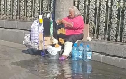 У Києві на вокзалі безпритульна пере речі просто на тротуарі і виливає воду під ноги перехожим: відео