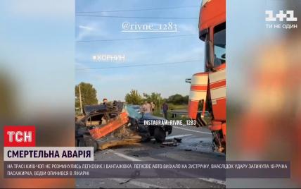 На трасі Київ-Чоп фура зім'яла легковик: є жертви