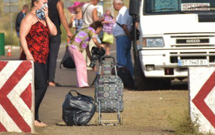 Жительки Армянська через отруйні випаровування приїхали по допомогу на материкову Україну