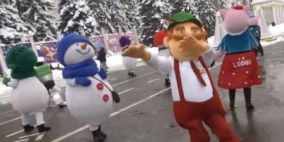 Ледяные скульптуры, 3D-шоу и резиденция Деда Мороза: на ВДНХ заработал зимний городок развлечений