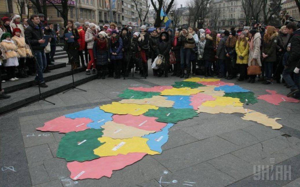 У Львові зібрали велетенський пазл у вигляді карти України / © УНІАН