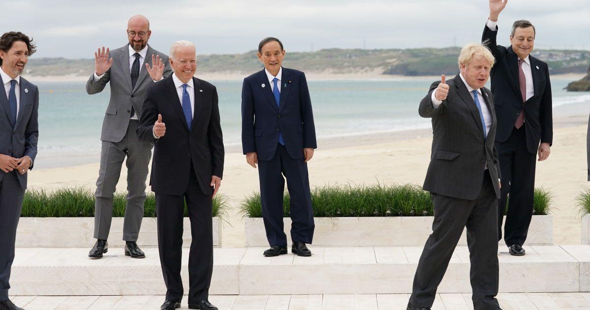 Лидеры G7 (слева на право: Шарль Мишель, Байден, премьер-министр Японии Йошихиде Суга, Борис Джонсон, Марио Драги и Эммануэль Макрона. / ©
