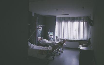 В больничном туалете от передозировки умер медбрат, который сверхурочно отработал 259 часов