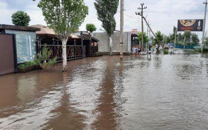 Вода стоїть третій день: у Коблевому злива затопила бази відпочинку, а водії пірнають у ями