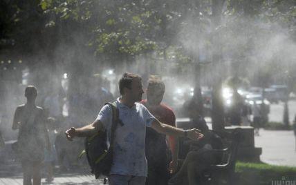 Тепловий штурм в Україні: містяни рятуються від спеки у фонтанах та на пляжах