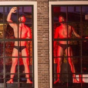 У вікнах кварталу червоних ліхтарів в Амстердамі з'явилися чоловіки