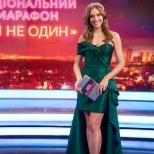 В изумрудном платье и туфлях цвета металлик: роскошный образ Кати Осадчей