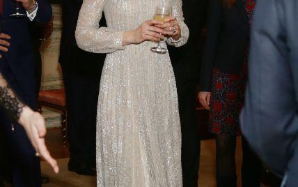 В блестящем платье и с бокалом в руках: герцогиня Кембриджская на приеме в Букингемском дворце
