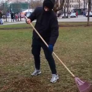 Поліція затримала вандала із Алеї художників. Його змусили три тижні прибирати вулиці Києва