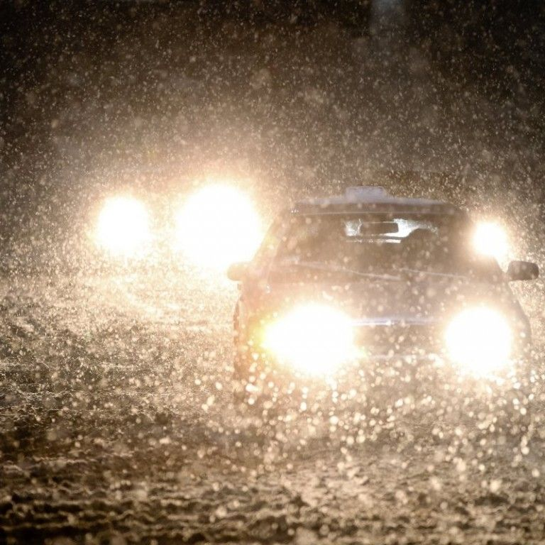 У Києві водіїв застерегли щодо зледенілих доріг та закликали прибирати авто з узбіч