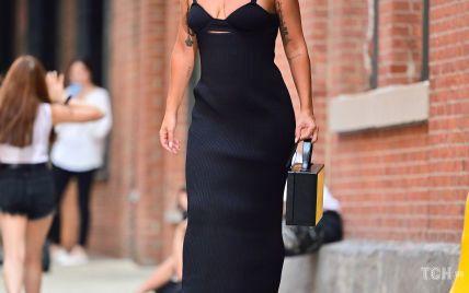 Оце образ: Леді Гага показала декольте і взула чоботи на гігантській платформі