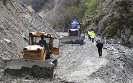 Повінь накрила Грузію: потоки води зруйнували дороги та пошкодили мости