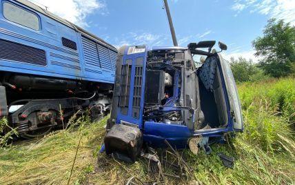 """Постраждали пасажири: в """"Укрзалізниці"""" розповіли подробиці аварії між потягом та фурою на Закарпатті"""