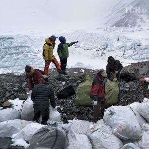 Тонны мусора, снаряжение и трупы альпинистов. Волонтеры устроили на Эвересте генеральную уборку