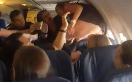 Ругалась и дралась ногами. Вирусным стало видео с пьяным дебошем пассажирки самолета Барселона-Киев