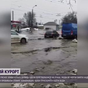 Дощі і талий сніг перетворили вулиці Одеси на річки: комунальники досі відкачують воду