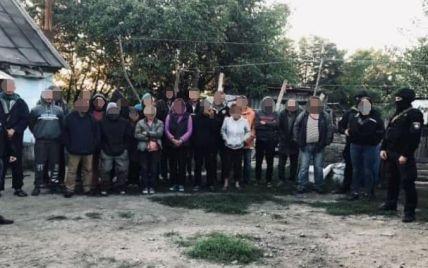 По 16 годин на роботі: у Києві на два місяці за ґрати відправили банду, яка тримала в трудовому рабстві 120 осіб