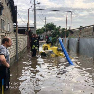 Потоп в Одессе: спасатели достали из затопленного дома двоих пенсионеров и 4-летнего ребенка
