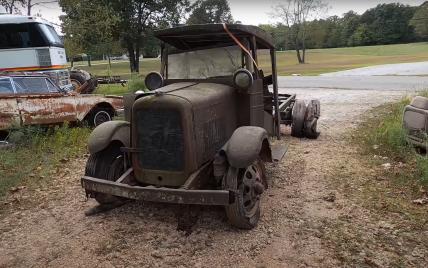 Простояв без руху 80 років: Мережу вразило відео, як чоловік завів двигун вщент прогнилого автомобіля
