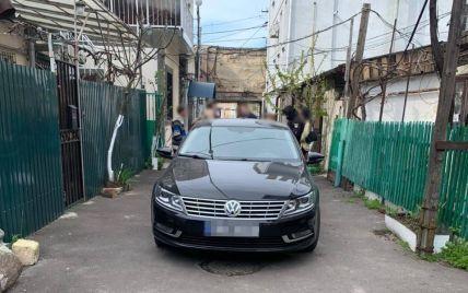 В Одессе водитель автомобиля прямо во дворе сбил насмерть женщину