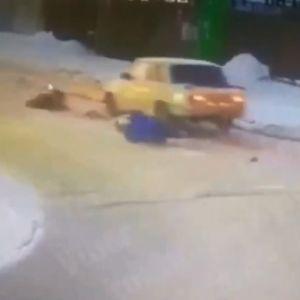 Диво на дорозі: під Києвом жінку з дитиною збило авто, пішоходи неушкоджені
