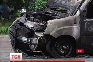 Кілька автомобілів згоріло у Шевченківському районі Києва
