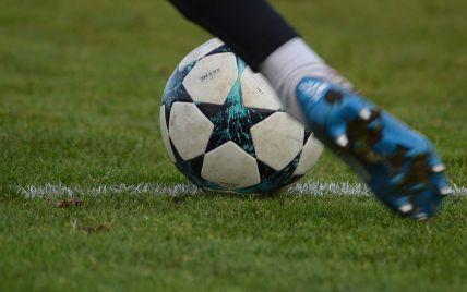 В Китае вратарь забил мяч со своей половины поля уже на первой минуте игры: видео курьезного гола