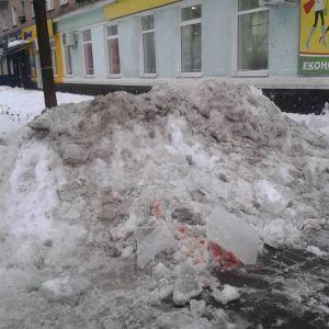 На Сумщині льодова брила з даху багатоповерхівки впала на голови подружжю
