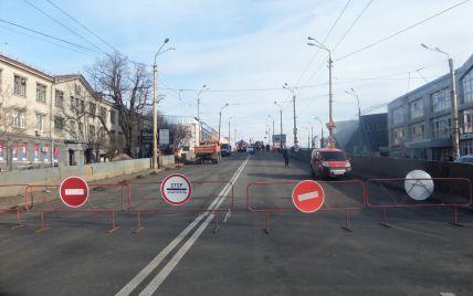 Чутки про вибух, пішохідна вулиця і перші звільнення посадовців: як минув день після обвалу на Шулявці