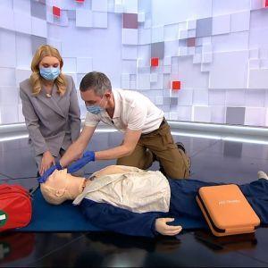 """Врятувати життя: у студії ТСН показали, як користуватися дефібрилятором та """"запустити"""" роботу серця"""