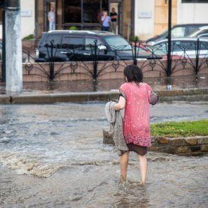 Машини плавали у воді: у Маріуполі через сильну зливу затопило вулиці