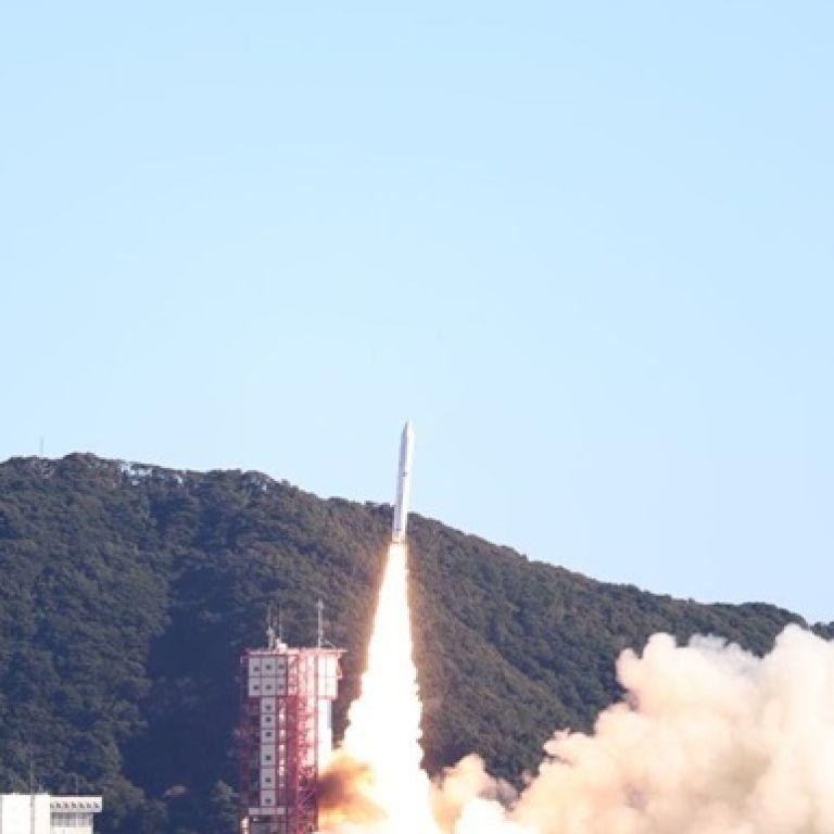 Япония запустила в космос ракету с 13 спутниками