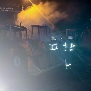 Пожежа на підприємстві у Києві: вщент згоріли три екскаватори