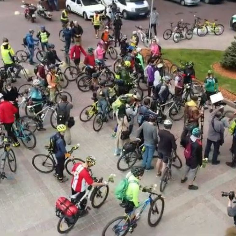 Под Киевсоветом установили импровизированный памятник погибшим велосипедистам
