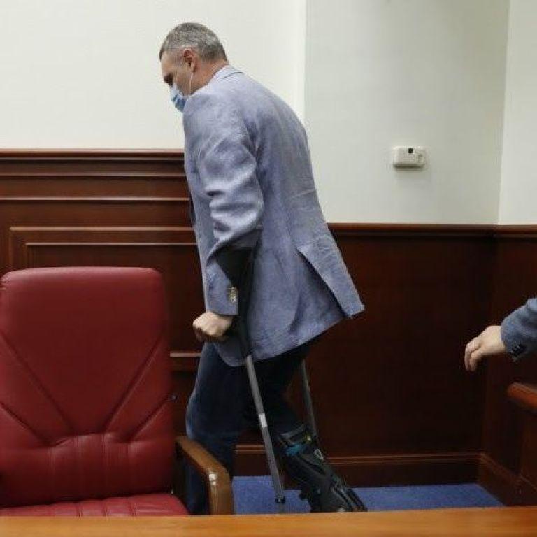 Кличко прийшов на засідання Київради із травмованою ногою: що трапилось