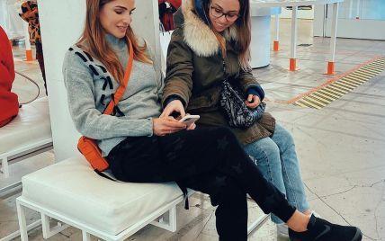 З мандариновою сумкою і в кросівках: королева Ранія гуляє з донькою