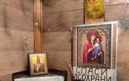 В Киеве в лифте вместо установления связи повесили иконы