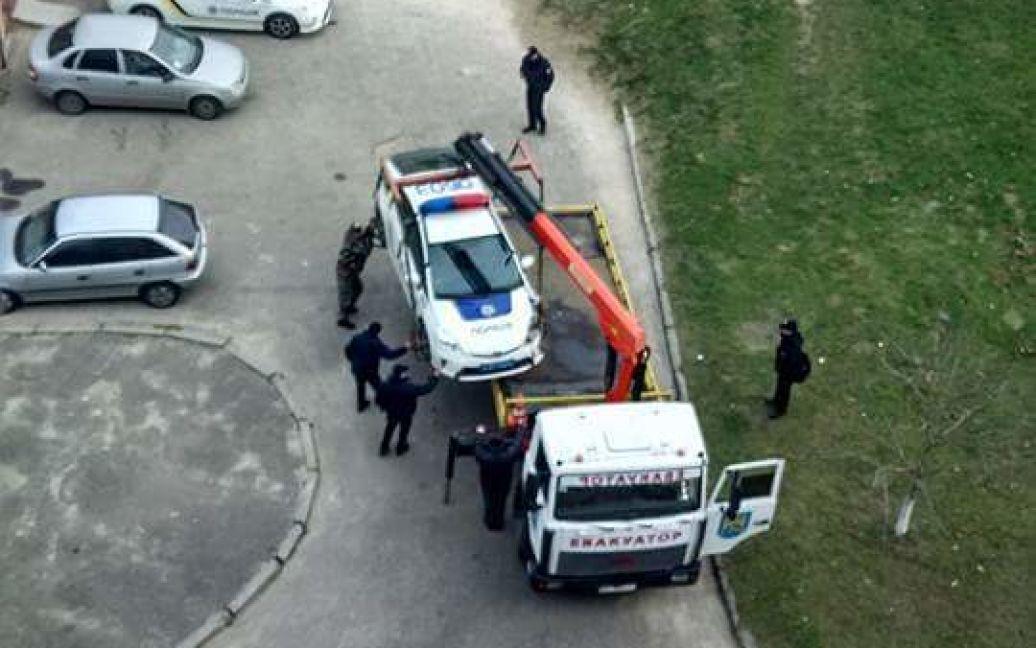 Во Львове полицейские не разминулись с припаркованным автомобилем / © Варта1