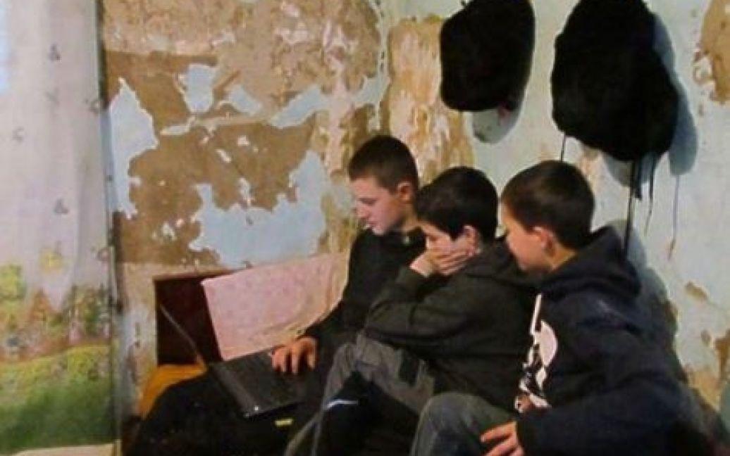 У будинку, куди вони заселилися, двадцять років ніхто не жив. Дітям довелося спати на матрацах, які були розстелені просто на підлозі / ©
