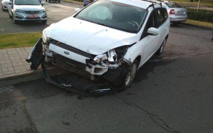 Автомобіль протаранив ворота посольства Росії в Мінську: що сталося