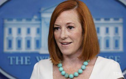 В белом платье-футляре и с новым ожерельем: пресс-секретарь Белого дома на брифинге