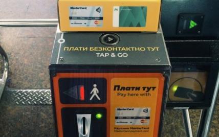 В киевском метро можно теперь расплачиваться с помощью смартфонов